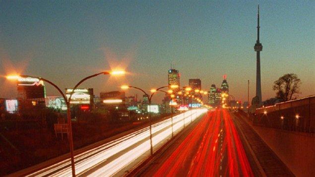 En route vers le centre-ville de Toronto. Compte tenu de la croissance de notre population âgée, on prévoit que d'ici 2040, le nombre de conducteurs âgés au Canada aura pratiquement doublé.