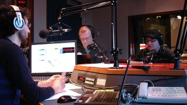 Rudy Desjardins et Benoit Michaud qui ont la visite de Marc-Éric Bouchard en studio à Edmonton