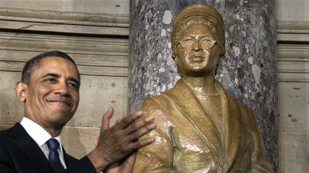 Barack Obama lors du dévoilement de la statue de Rosa Parks au Capitole.