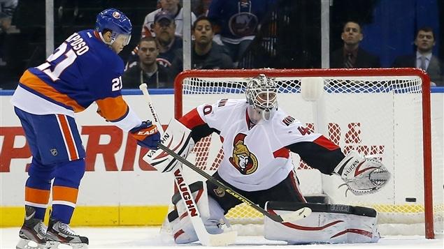 Le gardien Robin Lehner arrête un tir de Kyle Okposo des Islanders de New York.