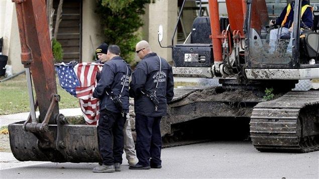 Le drapeau américain retiré de la maison maintenant détruite à Seffner, en Floride
