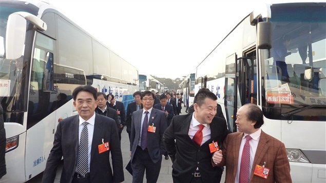 Les reprsentants du gouvernement chinois arrivent en bus au palais de l'Assemble du peuple.