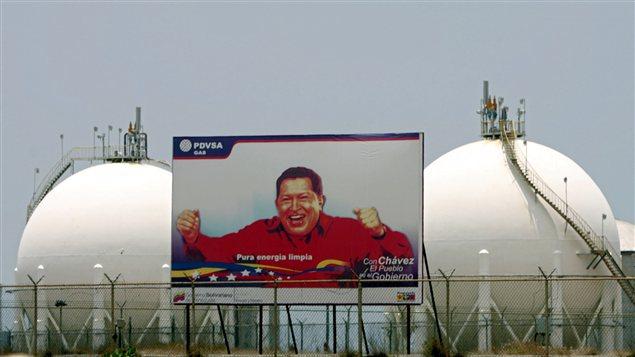 Une affiche de l'ex-président du Vénézuéla, Hugo Chavez, près d'une usine de pétrochimie dans les environs de la capitale, Caracas.