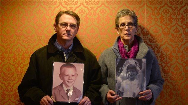 Deux membres du SNAP, posant à Rome avec des photos d'enfance, le 26 février 2013