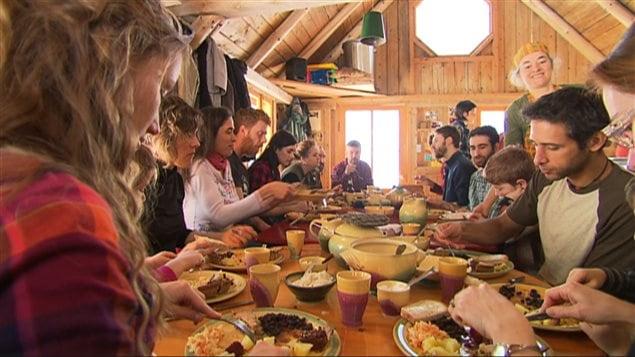 Repas à la cabane à sucre au printemps au Québec.