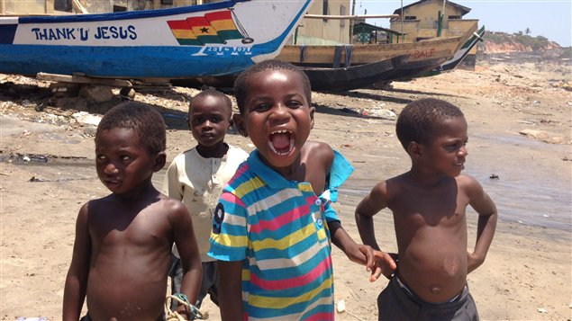 Enfants de pêcheurs à Cape Coast, la région du Ghana qui compte le plus grand nombre de catholiques. Les affiches religieuses sont partout.