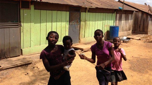 Des enfants devant la maison où le cardinal Peter Turkson et ses neuf frères et soeurs ont été élevés à Nsuta, ville minière à l'ouest du Ghana