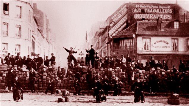 Début de l'insurrection de la Commune, le 18 mars 1871, sur la chaussée de Ménilmontant, à Paris
