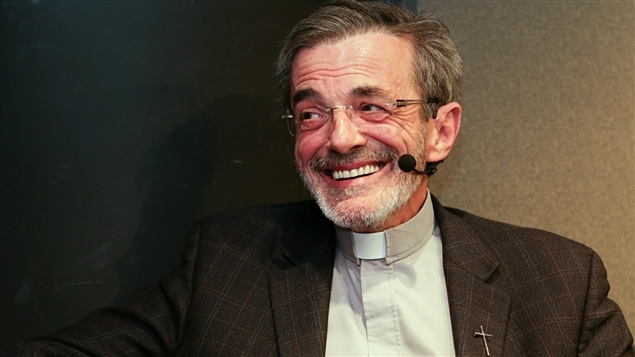 Un abbé avec un sourire communcatif.