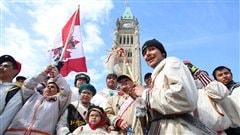 Le groupe des marcheurs célèbrent leur arrivée à Ottawa le 25 mars 2013