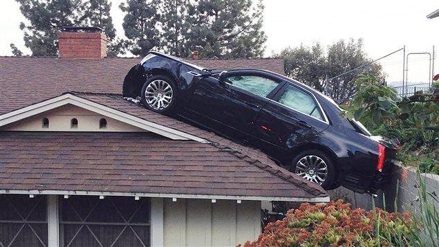 Une voiture termine sa course sur le toit d 39 une maison ici radio - Nettoyer le toit de sa maison ...