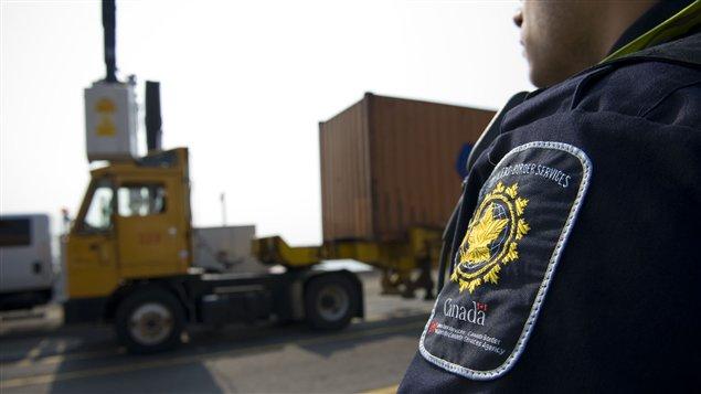 Un agente de la Agentes de la de la Agencia de Servicios Fronterizos de Canadá en el Puerto de Montreal.