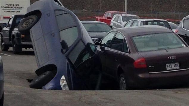 L'affaissement de la chaussée d'un stationnement a endommagé deux voitures à l'aéroport de Montréal.