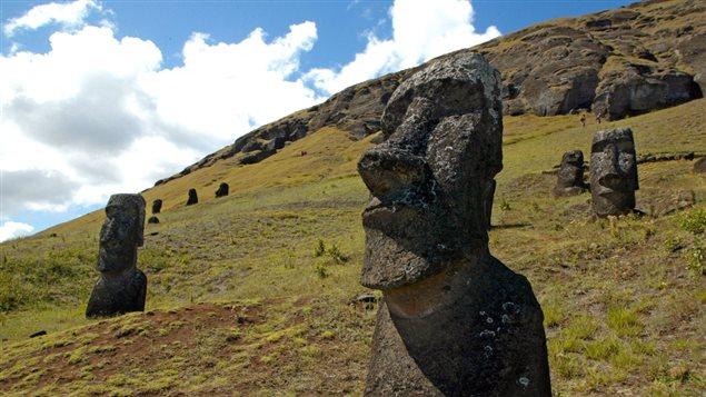 <b>Statues de pierre sur l'île de Pâques</b> | ©AFP/ Martin Bernetti