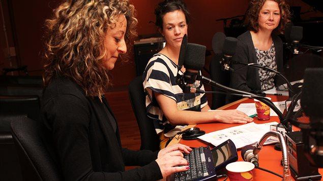 Julie Guilbault communiquant avec un Dynawrite, Andr�anne Demers-Laberge et Chantal Dupuis  �Radio-Canada/Marie-Sandrine Auger