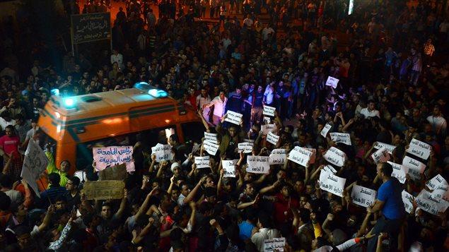 Des étudiants manifestent à la suite de l'empoisonnement alimentaire de centaines des leurs sur un campus de l'Université Al-Azhar.