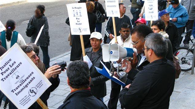 Des travailleurs du textile manifestent devant la Commission des relations du travail. (archives)