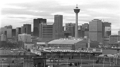 L'an dernier encore, on venait de partout pour travailler à Calgary, même des autres provinces canadiennes. Vue du centre-ville et de la Tour Husky telle que vue en 1981.
