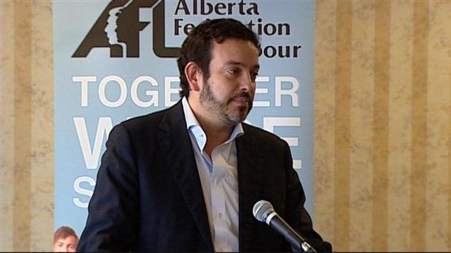 Gil McGowan, président de la Fédération des travailleurs de l'Alberta, accuse le cabinet conservateur d'utiliser délibérément leur pouvoir pour aider les entreprises du secteur privé à maintenir des salaires peu élevés alors que les conditions économiques indiquent qu'il faut plutôt les augmenter.