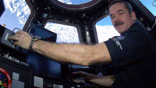 Chris Hadfield prend les commandes de la Station spatiale internationale pour un séjour à bord du vaste laboratoire scientifique orbital du 19 décembre 2012 au 13 mai 2013 et il devient le premier commandant canadien de l'ISS