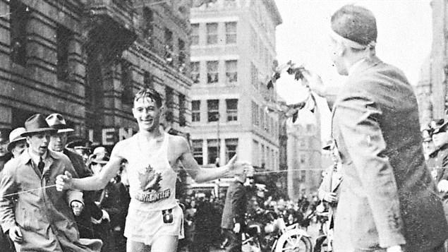 Gérard Côté franchit la ligne d'arrivée au marathon de Boston, en 1940 / © Université de Sherbrooke, Archives Gérard Côté, Jazzeur, Wikipédia