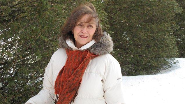 La escritora en medio de la nieve y la vegetación invernal canadiense.
