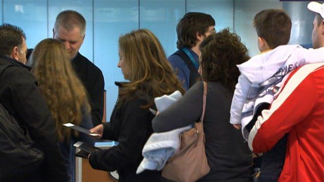 Des passagers se présentent aux douanes à l'aéroport de Montréal