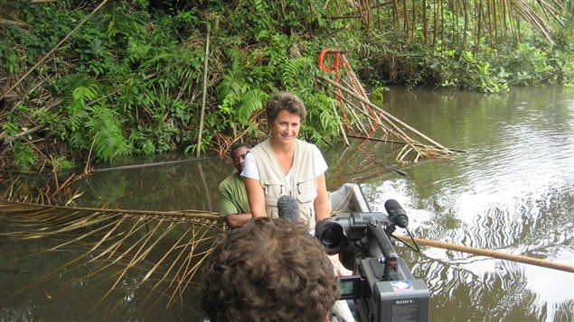 L'équipe de tournage de Radio-Canada dans le parc Loango au Gabon, où les Chinois faisaient de l'exploration pétrolière en dynamitant dans des marécages.