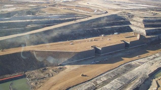 Une mine dans les sables bitumineux en Alberta.