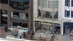 Deux démineurs en combinaison de protection enquêtent sur le site des explosions.