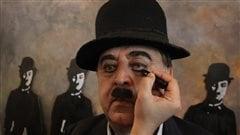 Un imitateur de Charlie Chaplin se fait maquiller avant de participer au défilé.
