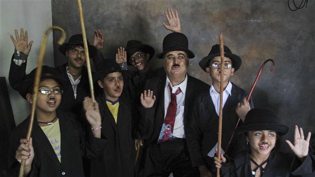 Des membres du fan-club Charlie Circle célèbrent l'anniversaire de Charlie Chaplin