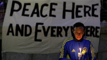 Lizzie Lee, 56 ans, originaire de l'État de Washington, qui participait à son premier marathon de Boston, rend hommage aux victimes.