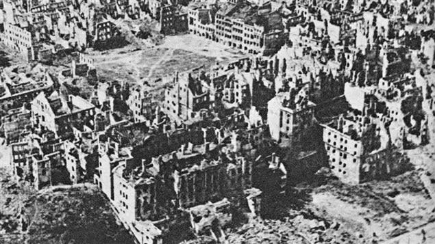 Varsovie dévastée, après la guerre, en 1945