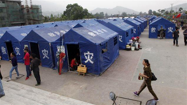 Dans la province de Sichuan en Chine, les secours médicaux s'organisent sous les tentes après le séisme de samedi