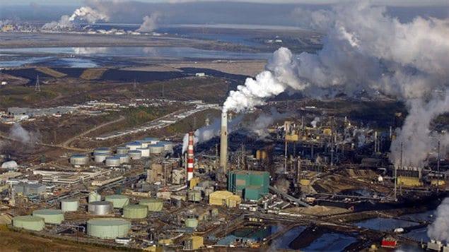 Une usine d'exploitation de sables bitumineux en Alberta au Canada.
