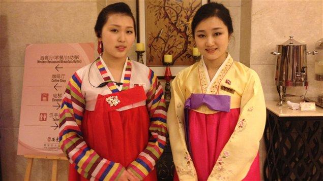 Deux employées nord-coréennes de l'hôtel. Elles portent le « hanbok », l'habit traditionnel coréen.