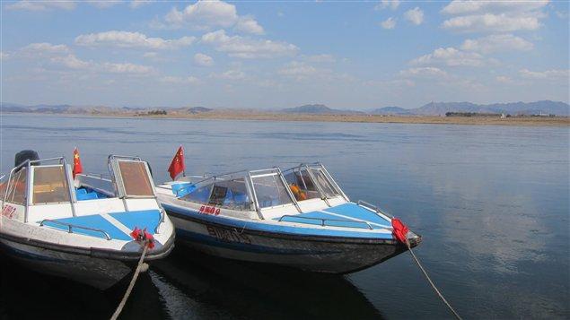 Des bateaux attendent les touristes qui veulent s'offrir une vue de la Corée du Nord depuis le fleuve Yalu.