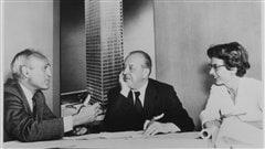 Philip Johnson, Mies van der Rohe et Phyllis Lambert, avec en arri�re-plan, une imagede la maquette de l'�difice Seagram, New York, 1955. �preuve argentique � la g�latine, 17,78�נ22,86 cm. Photographe inconnu.