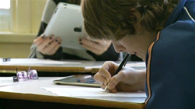 Des élèves au Canada utilisant des tablettes numériques