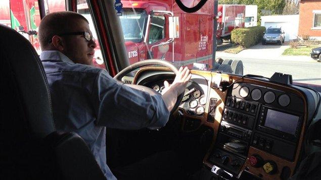 Un camionneur canadien derrière son volant.