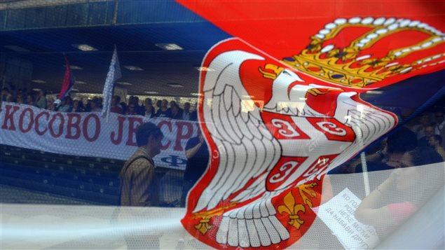 Des manifestants tiennent une bannière indiquant « Le Kosovo est la Serbie » le 22 avril 2013.