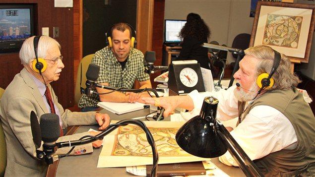 Louis-Edmond Hamelin et St�fano Biondo montrent la carte de Mercator � Jo�l Le Bigot � Radio-Canada / Laurent Boursier