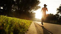 Une femme court au lever du soleil