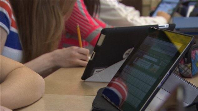 À moins de 0,7 kg et 1,4 cm d'épaisseur, le iPad se range avec la plus grande facilité. Son volume est moindre que celui d'un cahier d'exercices. Facile à cacher en classe quand le professeur voudrait en interdire l'usage.