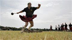 Un participant au lancer du poids lors des Jeux des Highlands en Allemagne.