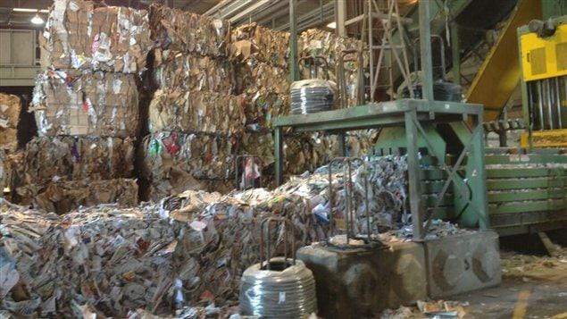La nouvelle barrière verte chinoise entraine des coûts supplémentaires pour le tri des déchets dans les usines de tri de la côte ouest du Canada.