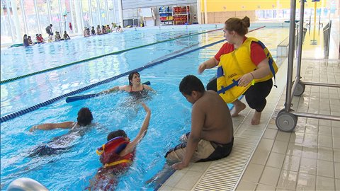Il y a quatre fois plus de probabilités que les nouveaux Canadiens (19 %) ne sachent pas nager en comparaison avec les personnes nées au Canada