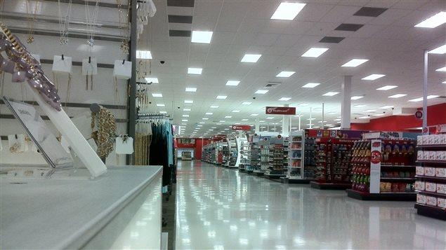 L'intérieur d'un nouveau magasin américain Target à Winnipeg au Manitoba, le 6 mai 2013. Le commerçant canadien réfractaire à internet et retardataire sur le web peut pour le moment encore se consoler. Les Canadiens font toujours plus de 96 % de tous leurs achats de biens et services en se rendant sur place.