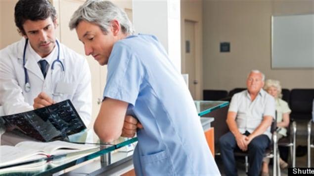Un médecin de l'Ontario dans un service d'urgence. Depuis maintenant 6 ans, dans le cadre d'une initiative unique au monde, le gouvernement de la province de l'Ontario, notre province la plus populeuse, a entrepris de rémunérer un médecin, une quarantaine de dollars, chaque fois qu'il alerte le gouvernement et informe un automobiliste âgé qu'il ne semble plus apte à conduire.